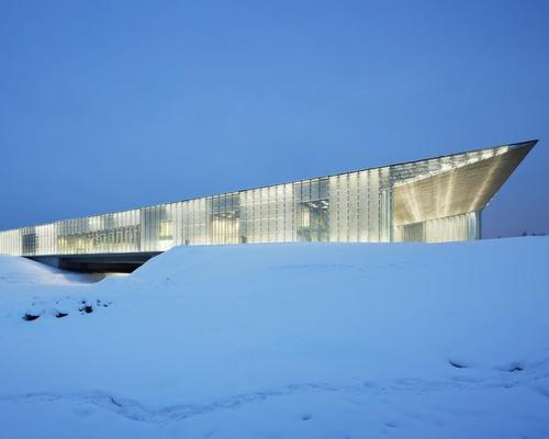 The museum has a long, open hall sheltered by an inclined roof, symbolising the country's future progression / Takuji Shimmura