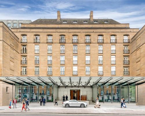 The hotel's huge glass canopy is supported by sixteen sculpted carbon fibre beams, each 9m long / Joan Souza