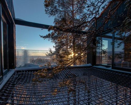 A netted terrace is suspended outside the cabin / Johan Jansson
