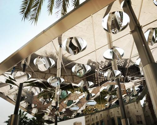 The canopy is based on an array of mirrors that automatically track the sun / Pietro Leoni