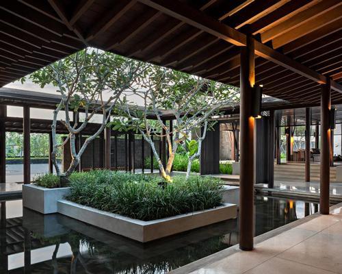Transitional spaces blur the boundaries between indoors and outdoors / Soori Bali
