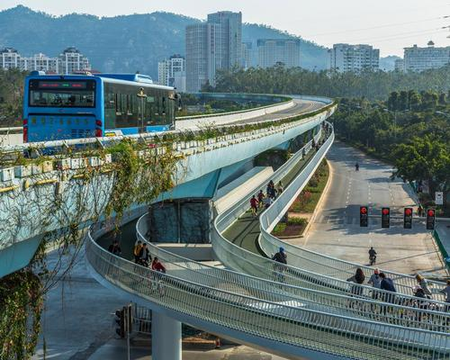 The route is elevated 5m (16.4ft) above the road, just below the Xiamen's bus rapid transit line, and crosses five major residential areas and three business zones / Ma Weiwei