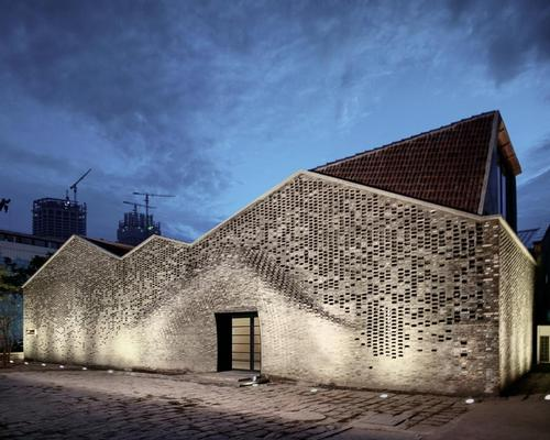 Advanced digital fabrication technology, developed by robotics studio Fab-Union, was used to map out the complex masonry of the gallery