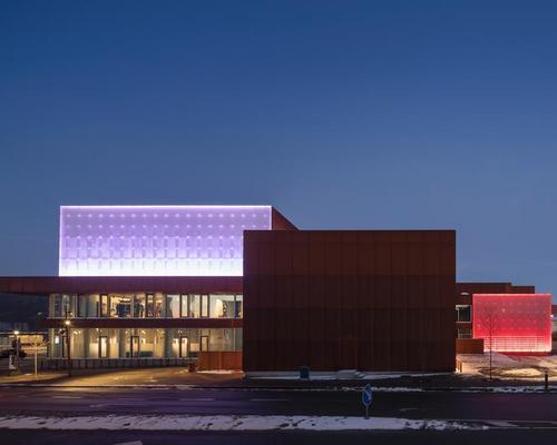 LED panels illuminate the theatre through the evenings / Adam Mørk