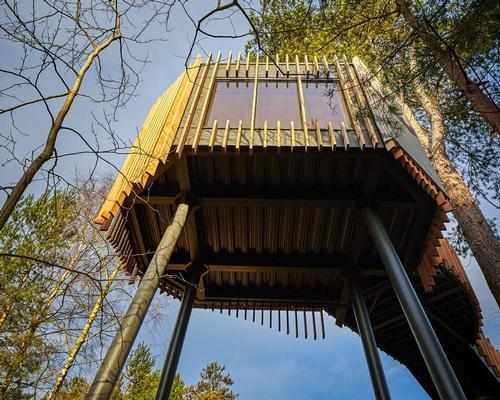 Center Parcs have unveield a treetop two-storey sauna / Center Parcs