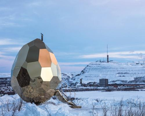 Solar Egg is made out of stainless golden mirror sheeting  / Jean-Baptiste Béranger