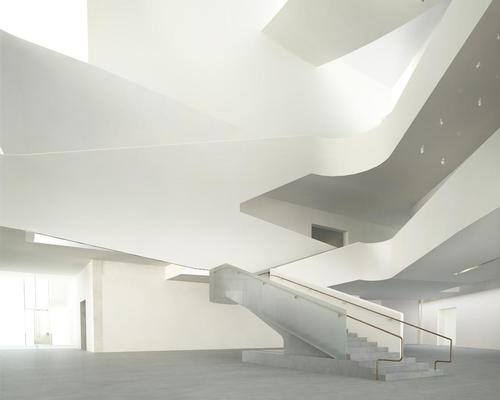 Organised horizontally on two levels, the gallery rooms are centered around a triple-height forum / Steven Holl Architects