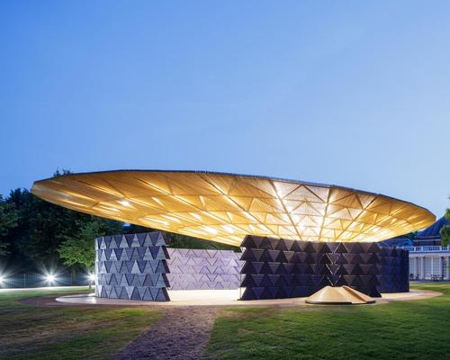 The roof illuminated in the evenings, transforming the pavilion into a beacon for the park / Iwan Baan