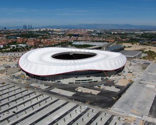 The open tensile roof structure, built by construction firm FCC, weighs around 6,336 tons / Cruz y Ortiz