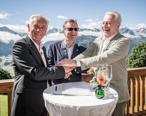 The owners of Kitzbüheler Alps Projekt, Franz Wieser (left) and Dr. Walther Staininger (right) signing the management agreement with Bernhard Bohnenberger, president of Six Senses