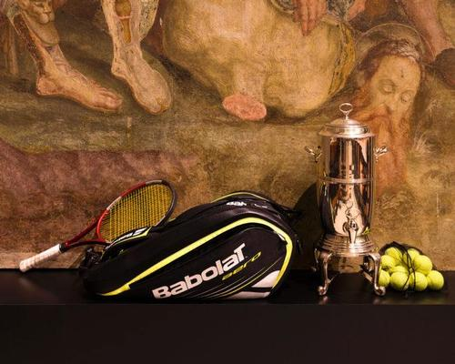 Racquets and balls are included as part of the installation / Converso