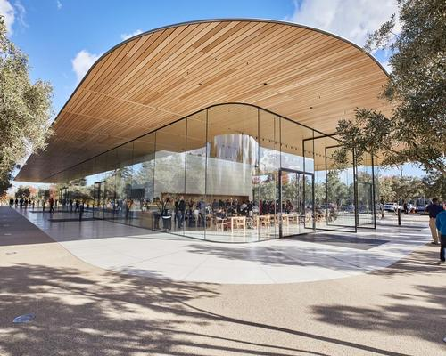 The building is formed of a transparent envelope situated below a cantilevering carbon-fibre roof, which hosts an expansive terrace offering a panoramic view of Apple Park / Apple