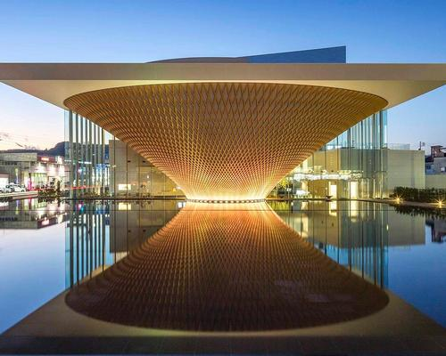 Located 20 miles southwest of the natural landmark, Ban's 3,400sq m (36,500sq ft) facility is formed by an inverted latticed timber cone / Shigeru Ban Architects