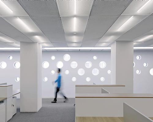 Light enters the building through several thousand circular perforations in the stone volumes / Shuhe