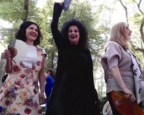 Fashid Moussavi, Odile Decq and Martha Thorne address the crowd in the Giardini / CLAD