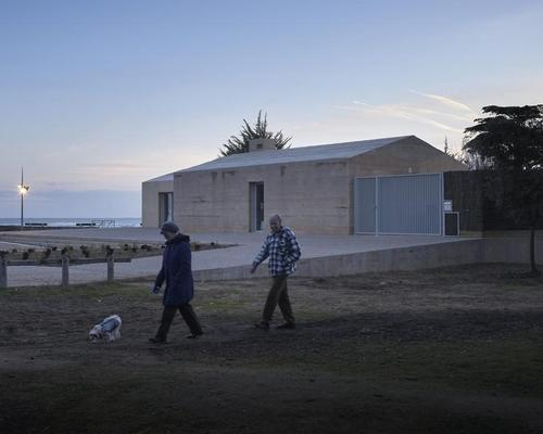 The house's new entrance pavilion has been designed to blend into its coastal surroundings / Julien Lanoo