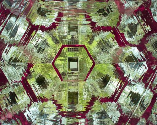 The interiors of the hexagonal-shaped structure appear to constantly shift due to optical effects caused by reflections and movement / Laura Torres Roa