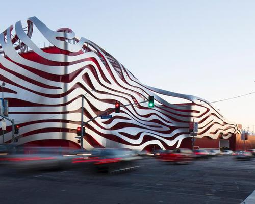 The original 1960s building has been fitted with a ribbon-like stainless steel exterior shell designed by architects Kohn Pedersen Fox Associates / Petersen Automotive Museum