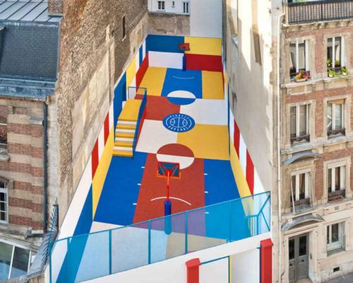 The court is squeezed between two apartment buildings in the Pigalle district of Paris / Sebastien Michelini