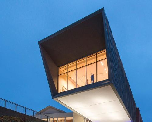 A new cantilevered gallery extends prominently southwards / Ennead Architects
