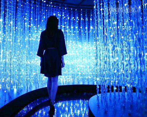 Crystal Universe invites viewers to explore a three-dimensional light space while their movements shift the light particles / teamLab