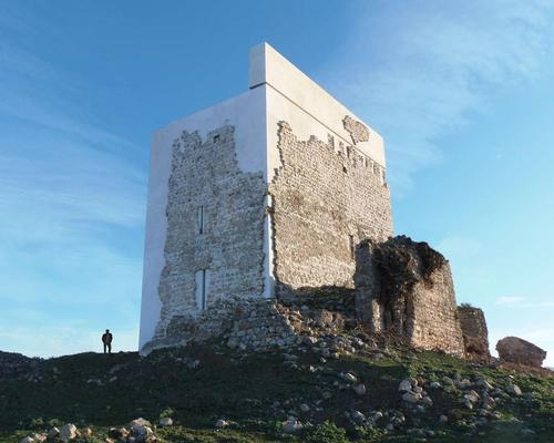 A white modernist cube supports the ancient castle walls / Architizer A+ Awards