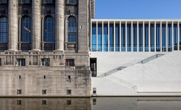 The James-Simon-Galerie translates the historical theme of colonnades into modern form