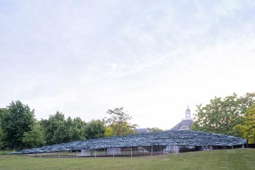 The structure features a 61-tonne slate roof / Iwan Baan