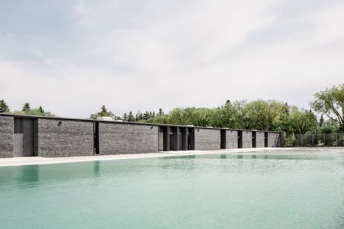 A view across the natural swimming pool / gh3 architecture