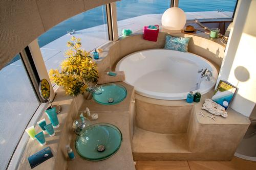 The night space also has a bathtub / Yann Richard