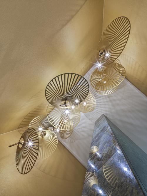 Lighting fixtures march the wallpaper / Matteo Piazza