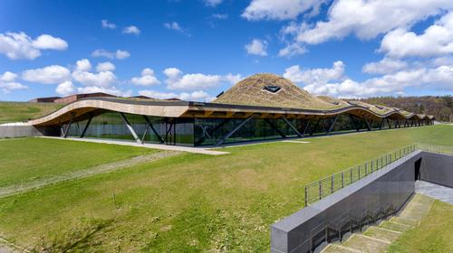 The visitor centre is cut into a hillside and has a grass-covered roof / Joas Souza