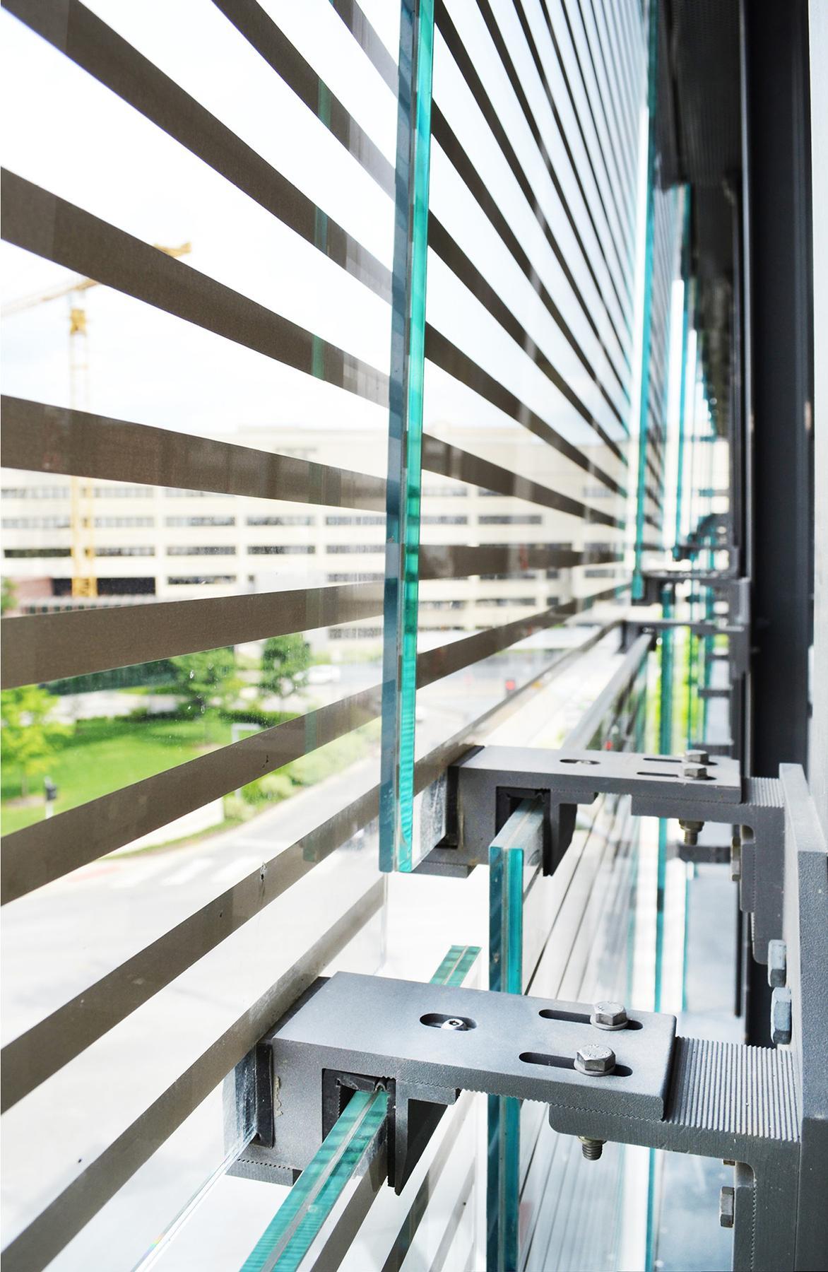 The shingled construction on the façade facilitates the ventilation / Neumann Monson