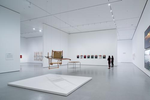 An installation view of David Geffen Wing gallery 207 / Iwan Baan