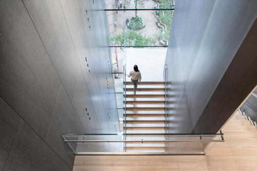 The blade stair marks the threshold to the new expansion of the museum / Brett Beyer