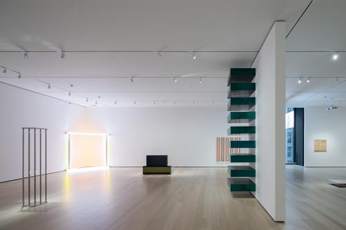 An installation view of David Geffen Wing gallery 413 / Iwan Baan