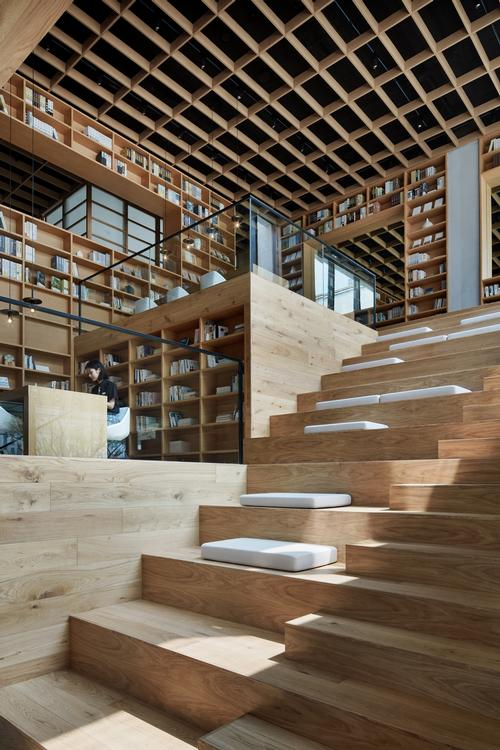 Stairs are mixed with terracing where people can sit to read / Xiangyu Sun