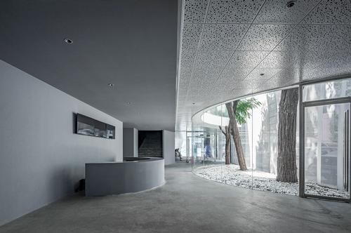 The building was extended upwards and along the street / Jin Weiqi