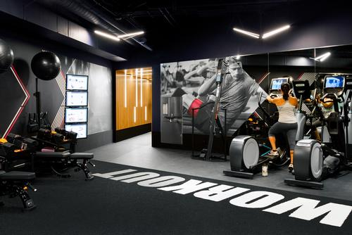 Sporting graphics on the walls reinforce the motivational atmosphere / Rafael Soldi