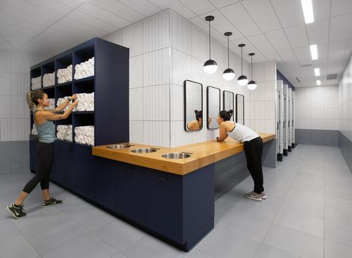 There are carefully integrated lights and black lockers, shower doors and mirror frames / Rafael Soldi
