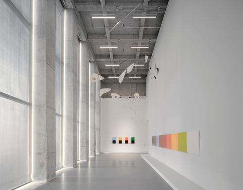 Each volume houses a gallery space on its upper floor / Simon Menges