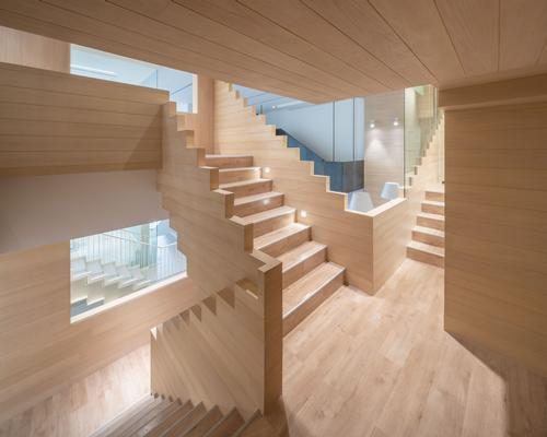 Pale timber is used abundantly, giving a sense of naturality and calmness / Onion