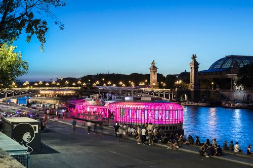 Rosa 2 is moored close to the prestigious Pont Alexandre III bridge / Sergio Grazia