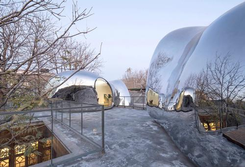 One bubble is positioned on a roof with access only from outside / MAD Architects
