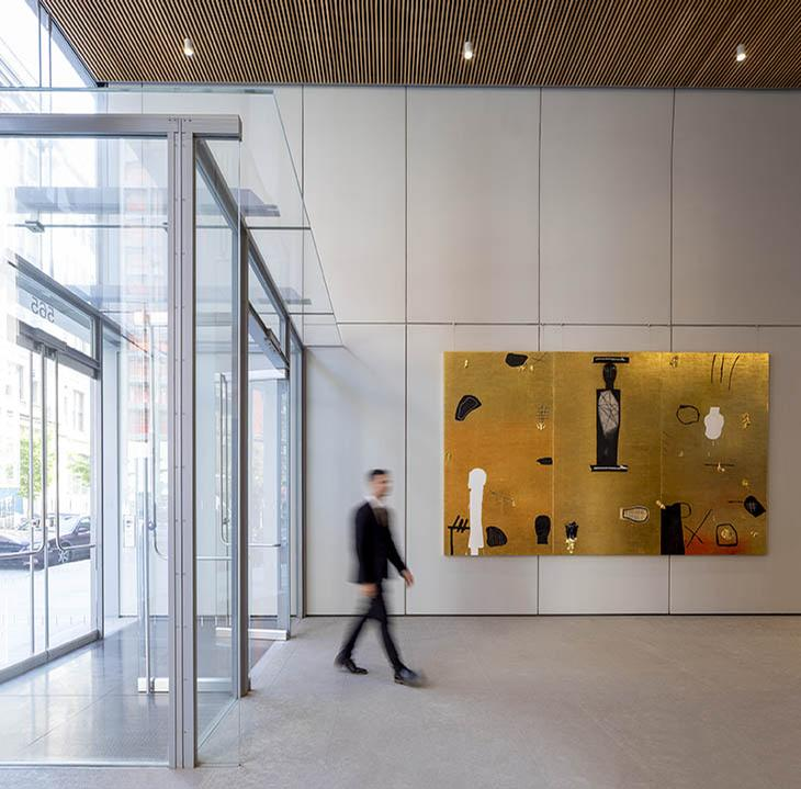 Rhe tower boasts a lobby with limestone flooring and white oak elements / Anna Morgowicz