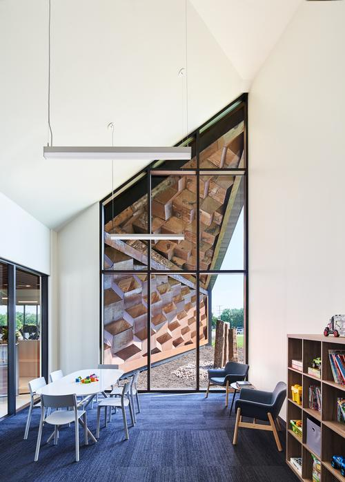 The unusual shapes at the building's ends allow for additional glazed aspects / Hufft