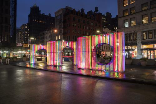The installation is located in New York's Flatiron Public Plaza / Hou de Sousa