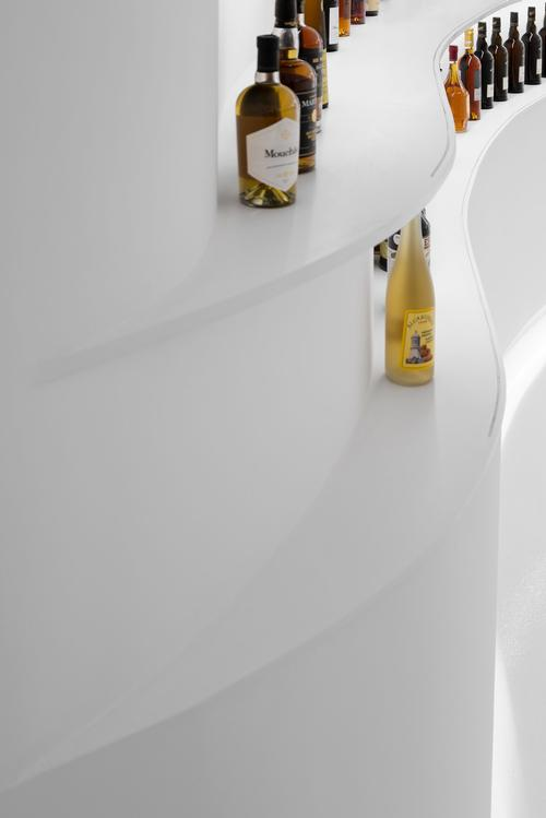 Shelves around the walls of the store have been sculpted to reference vineyard terraces / Ivo Tavares Studio