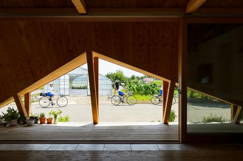 The origami-like folded additions provide covered indoor-outdoor spaces / Isamu Murai