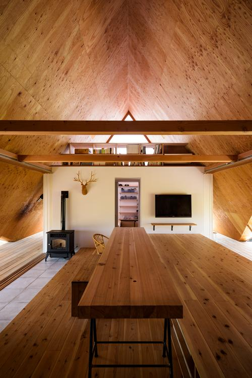 The house has been specifically designed not to cater for all the requirements of its occupants / Isamu Murai